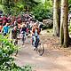 Radgruppe zwischen blühenden Rhododendren und Bäumen im Rhododendronpark Gristede