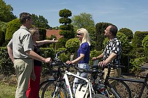 Eine Radfahrergruppe vor einer Baumschule in Westerstede