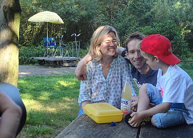 Eine junge Familie macht eine Picknickpause während ihrer Draisinenfahrt durch Westerstede