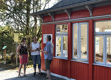 Das rote Draisinen Bahnwärterhaus mit drei Gästen in Westerstede