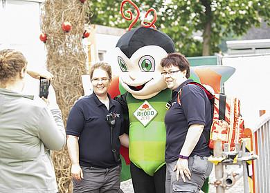 Gäste mit Rhodolf dem Maskottchen der RHODO 2018 in Westerstede