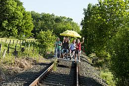 Eine fröhliche Gruppe auf ihrer Draisinenfahrt durch Westerstede