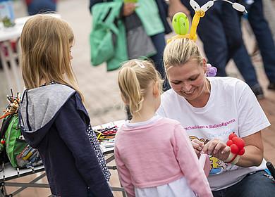 Eine Frau und zwei Kinder auf der RHODO 2018 in Westerstede