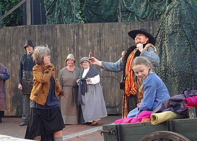 Ausschnitt des Freilichttheaterstücks Hammerschläge in Westerstede