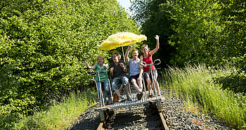 Eine fröhliche Gruppe auf ihrer Draisinenfahrt durch die Westersteder Landschaft