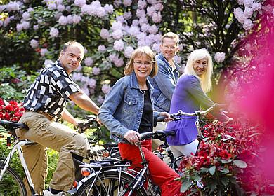 Eine Radfahrergruppe im Rhododendronpark in Westerstede