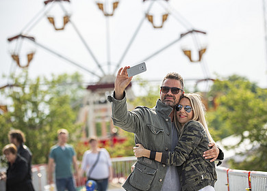 Ein Pärchen macht ein Selfie vor dem Riesenrad auf der RHODO 2018 in Westerstede