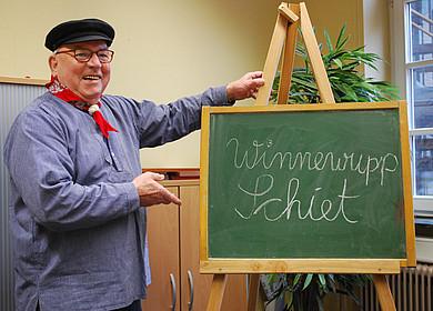 Plattdeutschschule mit einem traditionell gekleidetem Gästeführer in Westerstede