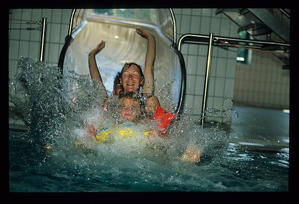 Zwei Kinder in der Rutsche des Hössenbads in Westerstede