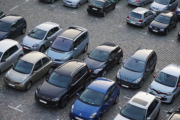 Ein Parkplatz mit verschiedenen Autos in Westerstede